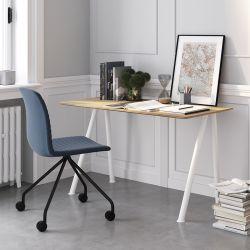 Pack home office Connect Pro, bureau pieds blancs plateau chêne et chaise à roulettes, assise rembourrée bleue, Fornasarig