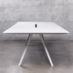 Arki bureau design avec passage de câbles, Pedrali blanc 300x120 cm